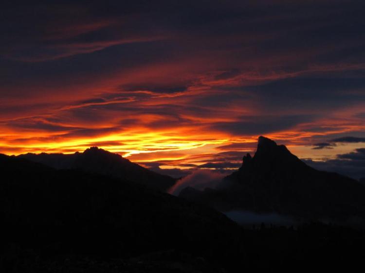 sunset-over-the-laguzuoi-pass